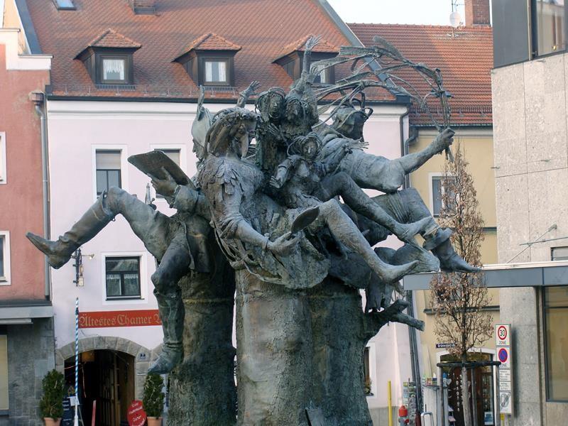 Die Figuren stellen Graf Luckner, die Waldhexe mit ihren Kindern und den Bilmesschneider dar.