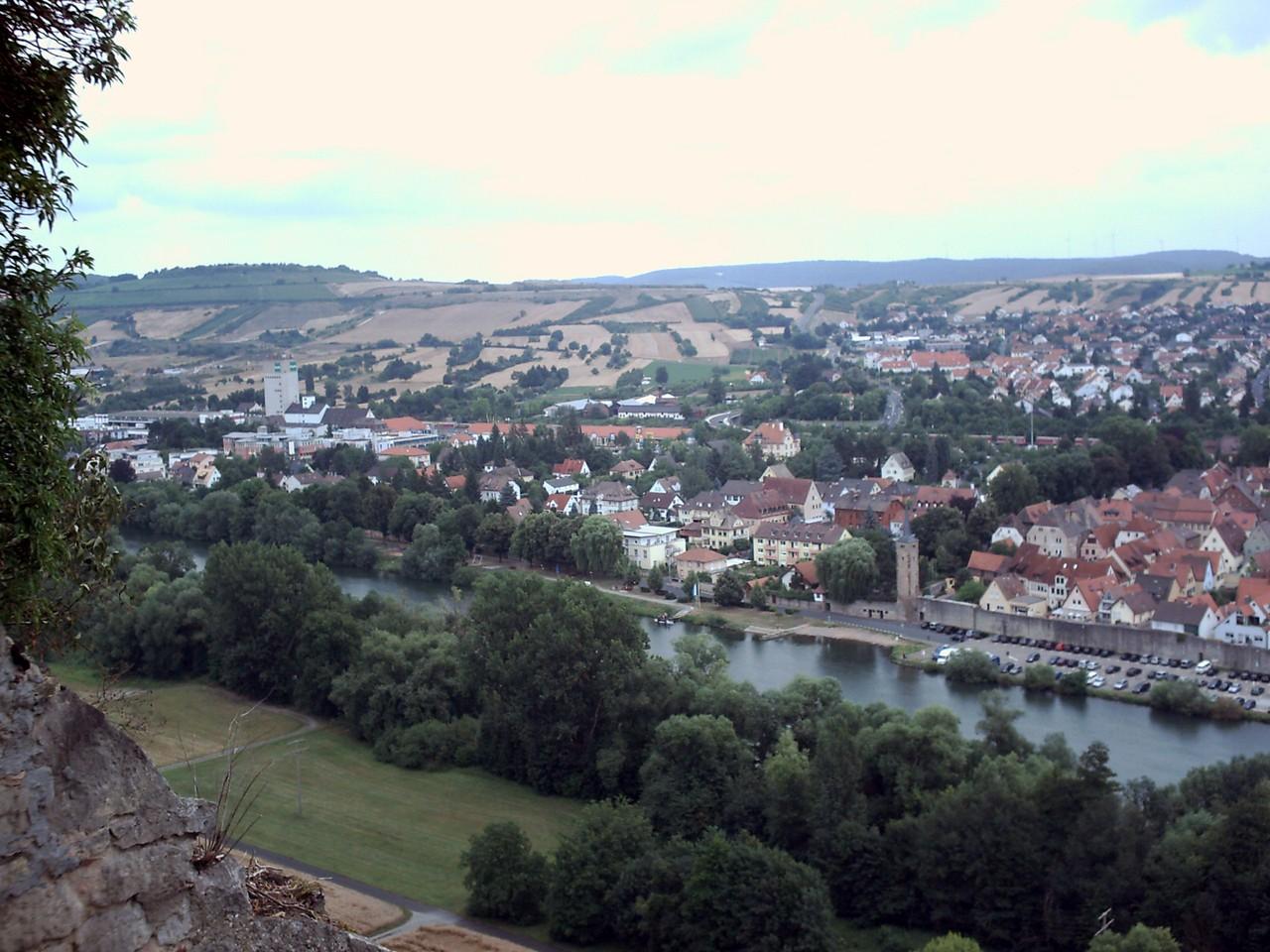 Was für ein Blick Über Karlsberg. Irgendwo da unten steht Dirk mit unserem Pössl.