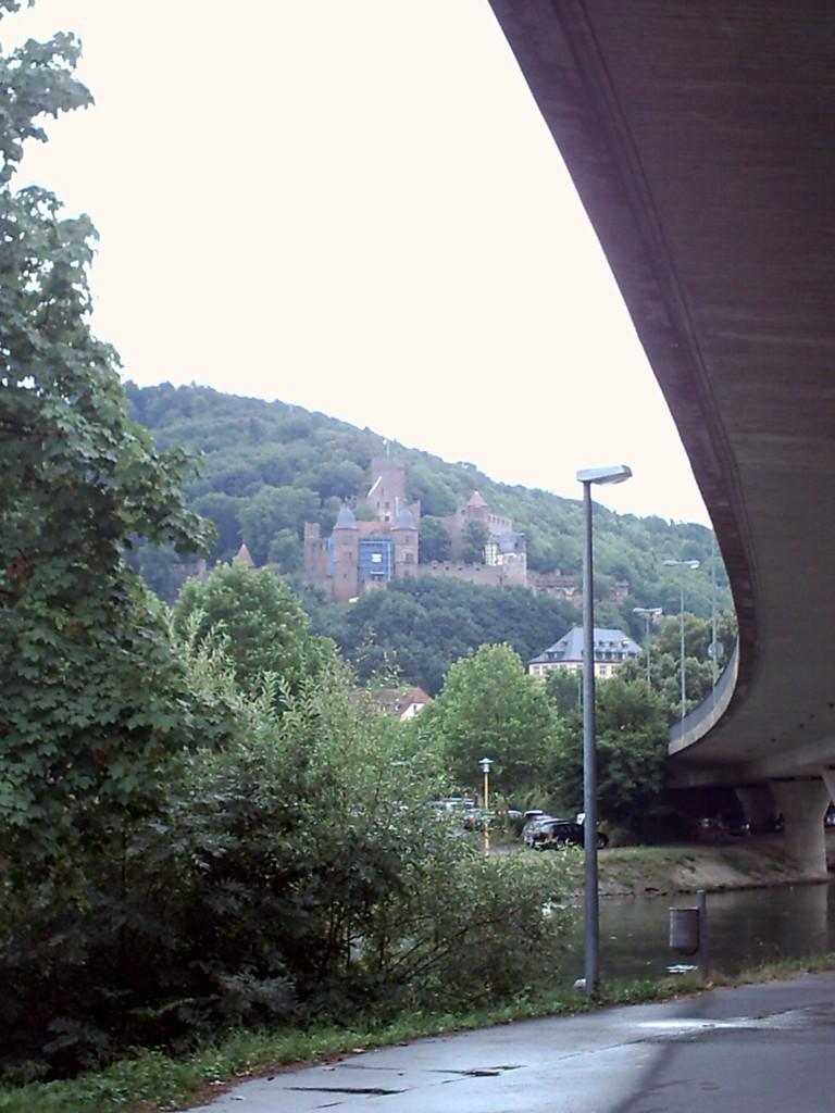 Wertheim. Der Stellplatz in der Stadt unter der Brücke.