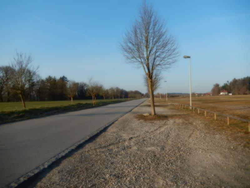 Die Straße führt zum Stellplatz