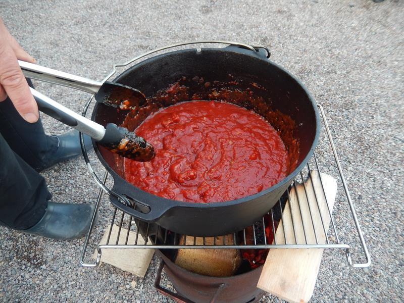 dann kommen die passierten Tomaten dazu. Das ganze wird erhitzt und noch mal abgeschmeckt