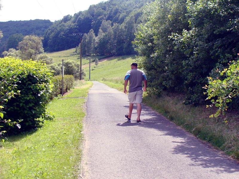 Dirket unterhalb des Stellplatzes für ein Spazier/Radweg entlang