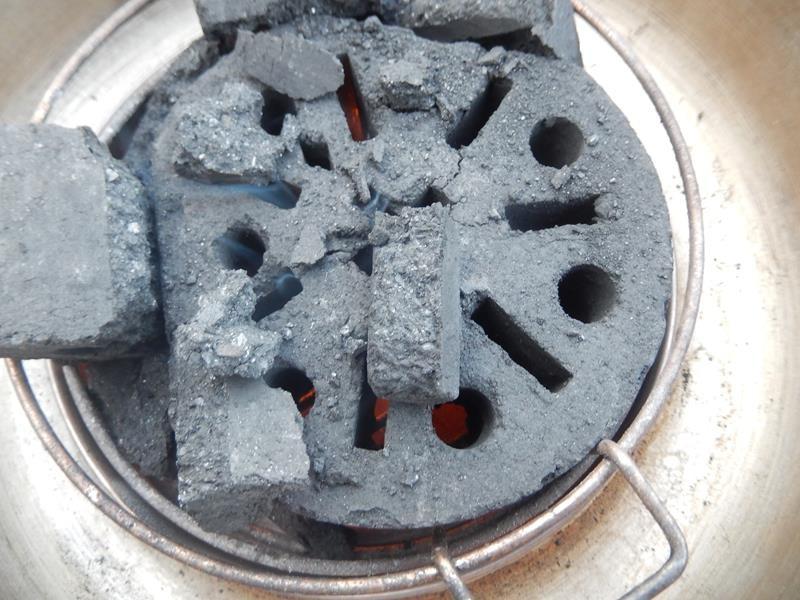 der Billigbockerstein ist gezündet und hat auch schon Hitze. Diese Stones brauchen halt viel länger bis diese hitze entwickeln gegenüber den tollen BBQ-Stones