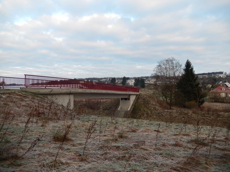 Über diese Brücke kommt man gegenüber des Ortes in den Wald