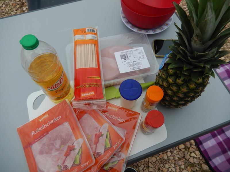 Holzspieße, Kochschinken, Putenbrust, Salz, Paprika, Curry, Öl und Ananas