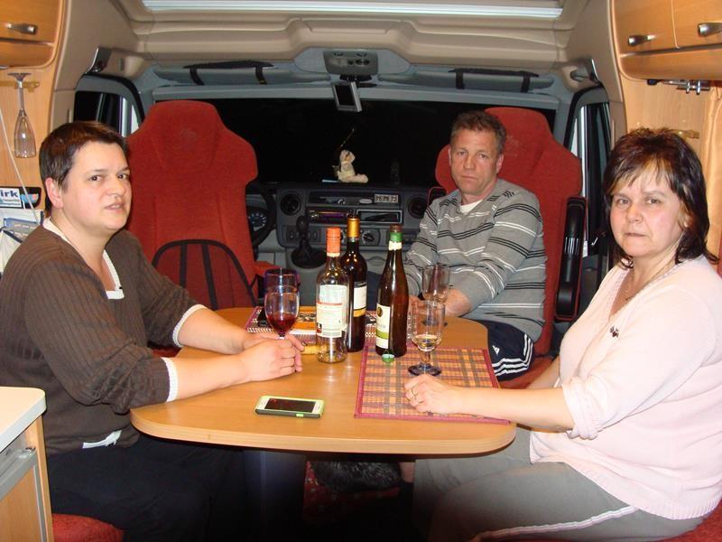 Und nach dem Essen noch nett zusammen sitzen und ein -zwei Weinchen trinken.