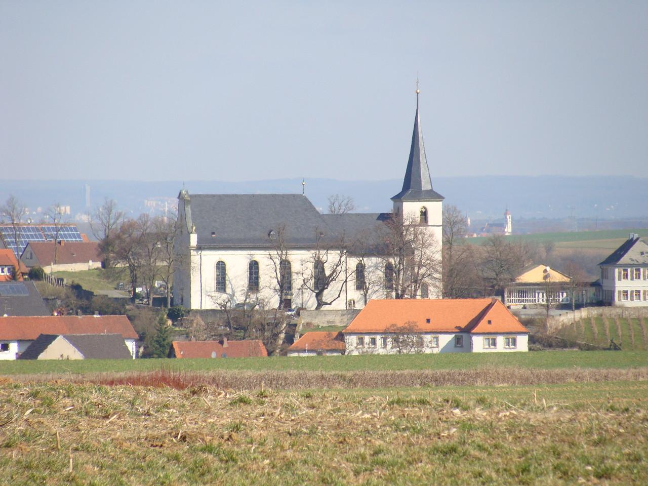 Von der Anhöhe aus die Wipfelder Kirche.