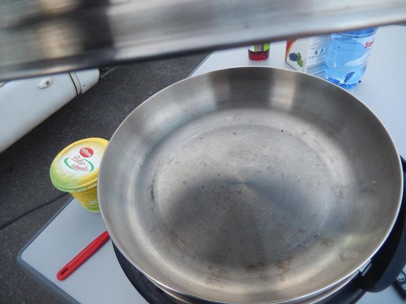 jetzt kommt der Wok auf den Cobb und Deckel drauf damit sich die Hitze darunter staut. Gerade bei den Minustemperaturen wichtig