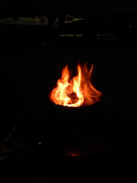 Wir sitzen nun alle dicht am Feuer und schlürfen Glühwein. Kuschlig