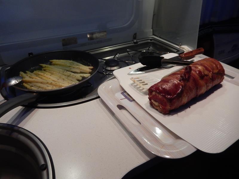 Britta hat in der Pfanne noch Spargel in Butter und Kreuter zubereitet