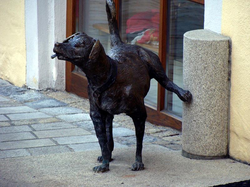Dieser kleine pinkelnde Hund aus Bronze soll an einen ehemaligen Brunnen erinnern, den es an diese Stelle mal gab.