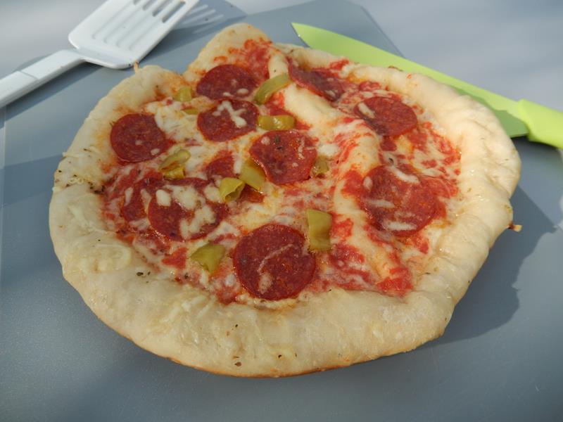 nach guten 25 minuten können wir die erste Pizza essen. Knusprig ist Sie geworden.