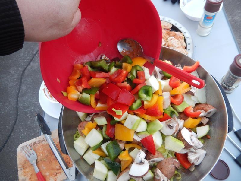 wenige Minuten später kommt das grob geschnittene Gemüse noch hinzu