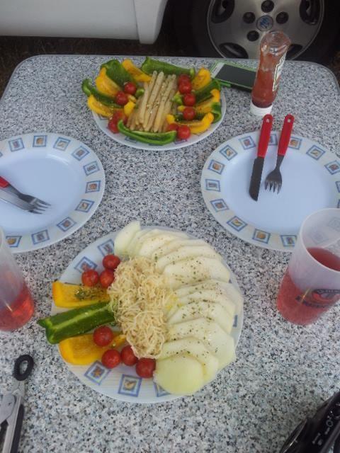 Tisch ist gedeckt mit tollen Rohkostsalat