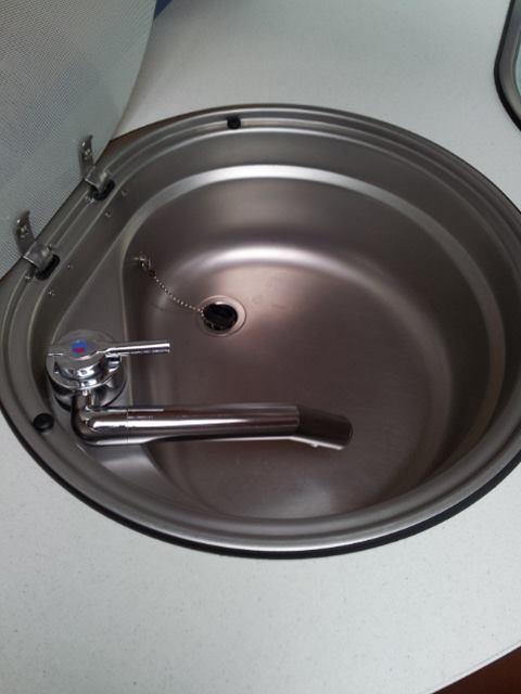der Wasserhahn ist viel zu kurz und auch noch an einer falschen Stelle platziert worden