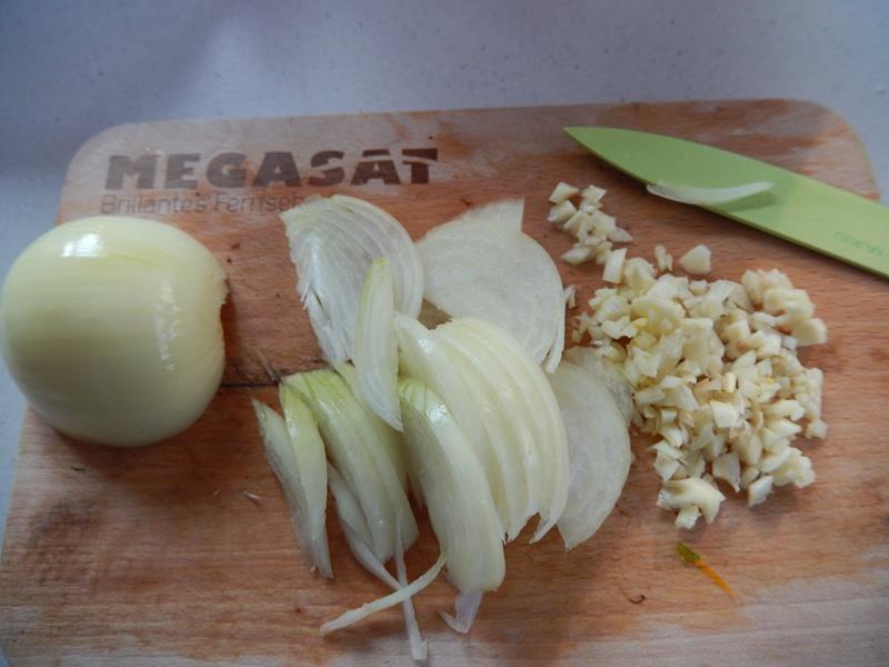 Zwiebeln halbieren und in Streifen schneiden