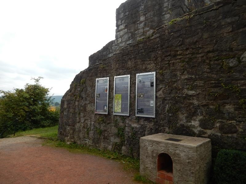 Infotafeln rund um die Burg
