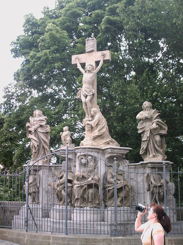 Hier gibt es einige Statuen und Denkmähler