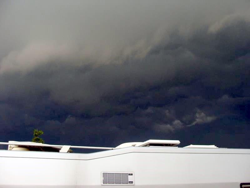 Gleich öffnet der Himmel seine Schleusen und es wird regnen und hageln.
