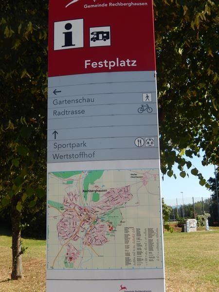 Der Stellplatz befindet sich auf dem Festplatz der Gemeide.