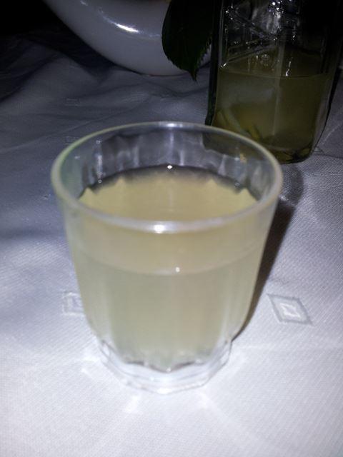 zu einem guten Essen gehört auch ein selbst gemachter Zitronenlikör. aaach ist das Leben nicht schön?