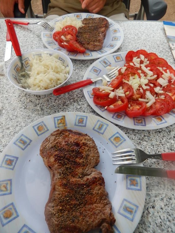 dazu frische Tomaten mit Zwiebeln als Beilage