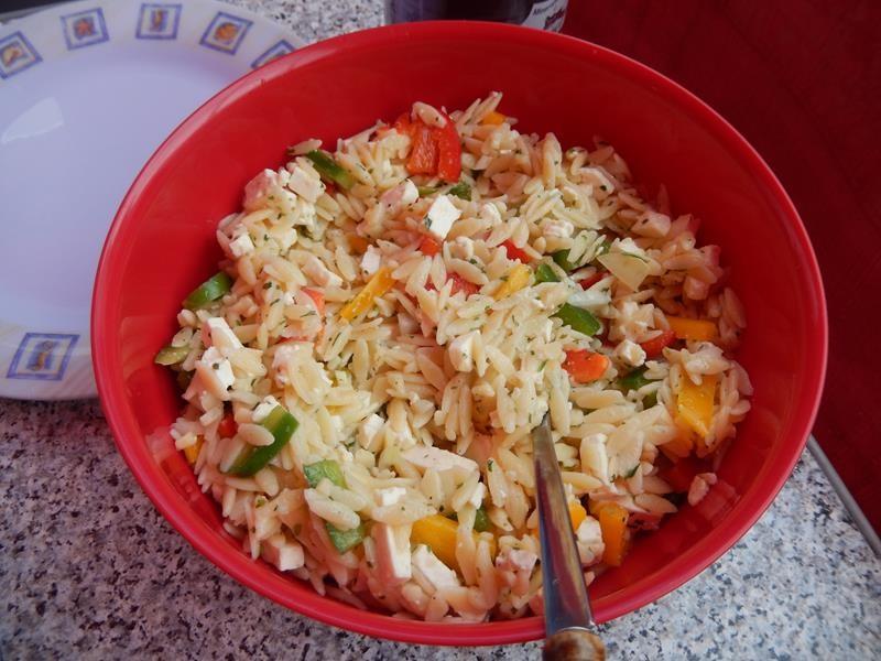 Mein Salat mit grichischen Nudeln.