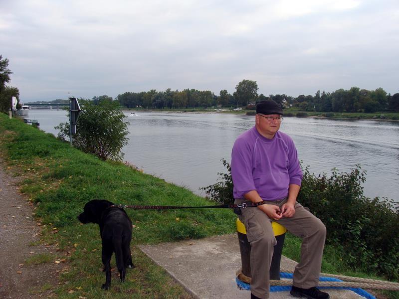 Zur Not kann man zumindest die Stühle mit hier hoch nehmen und hier ein Glas Wein mit Blick auf den Rhein genießen.