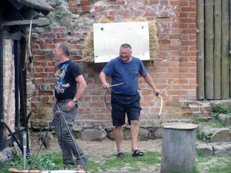Bogenschießen.....ich glaube Frank ist der Pfeil vor die Füße gefallen....oder? Weit kam er jedenfalls nicht
