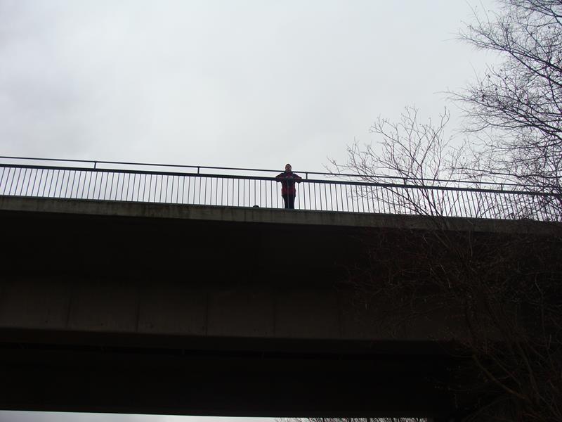 Wir überlegen, ob wir hier über die Brücke auf die andere Seite der Weser kommen