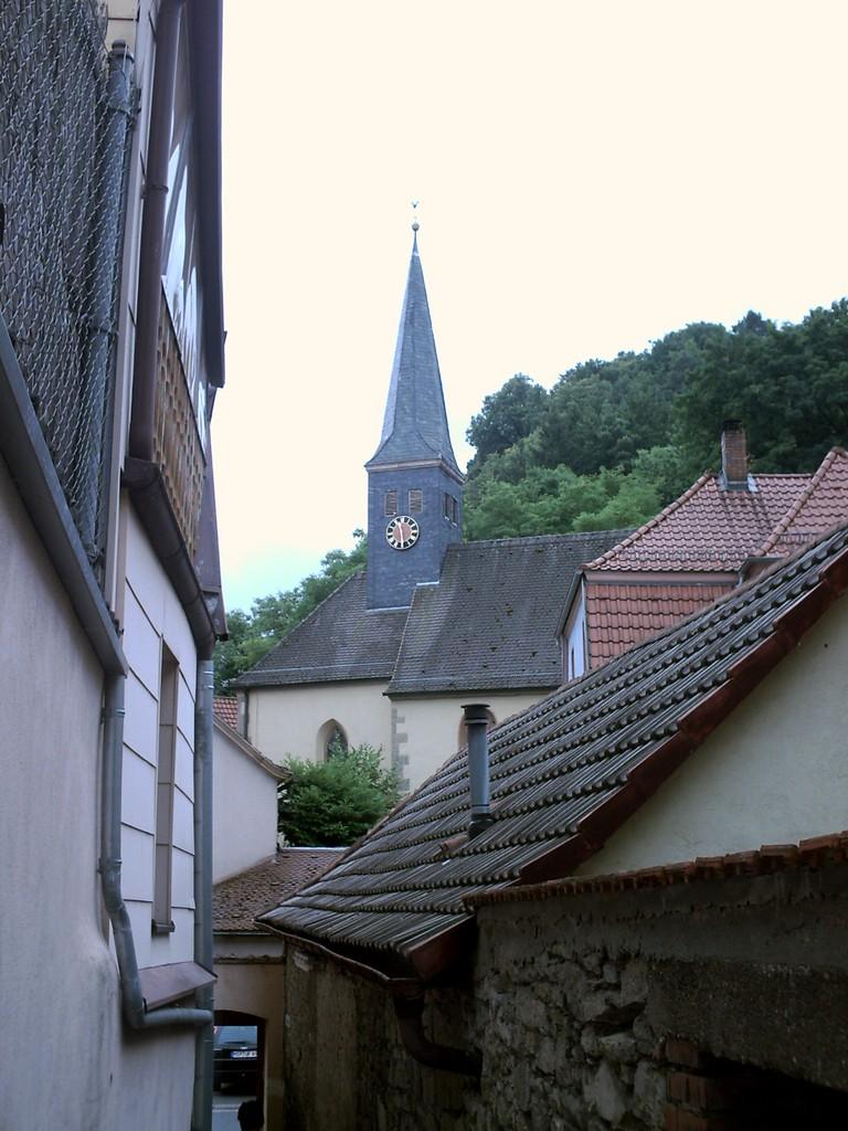 Zwischen den Häusern durch, zum Aufstieg zur Burg.