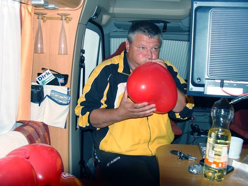 Und dann kommt der Tag....morgen wird Frank 50 Jahre. Wir fangen um 23 Uhr an Luftballons aufzublasen.
