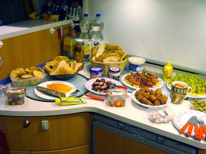 Und da ist unser Buffet. Viel zu viel, aber es sieht gut aus. Immerhin haben wir ja stundenlang Zeit zum essen.