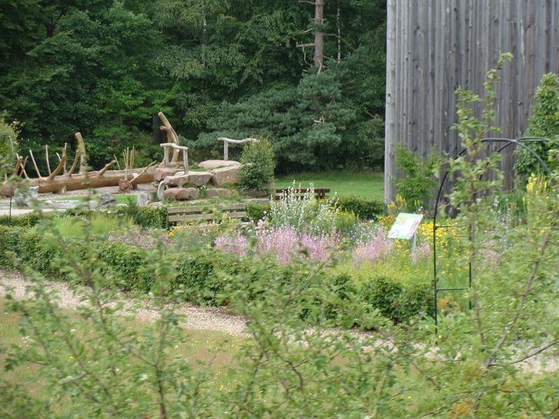 Sehr schöner Garten, mit allerlei Blumen und Kräutern. Wir kaufen noch zwei Gläser Marmelade und fahren weiter.