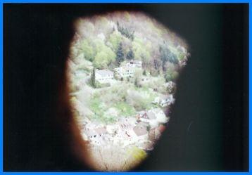 Durch ein Guckloch im Turm der Burg schaut man auf den Neckar.
