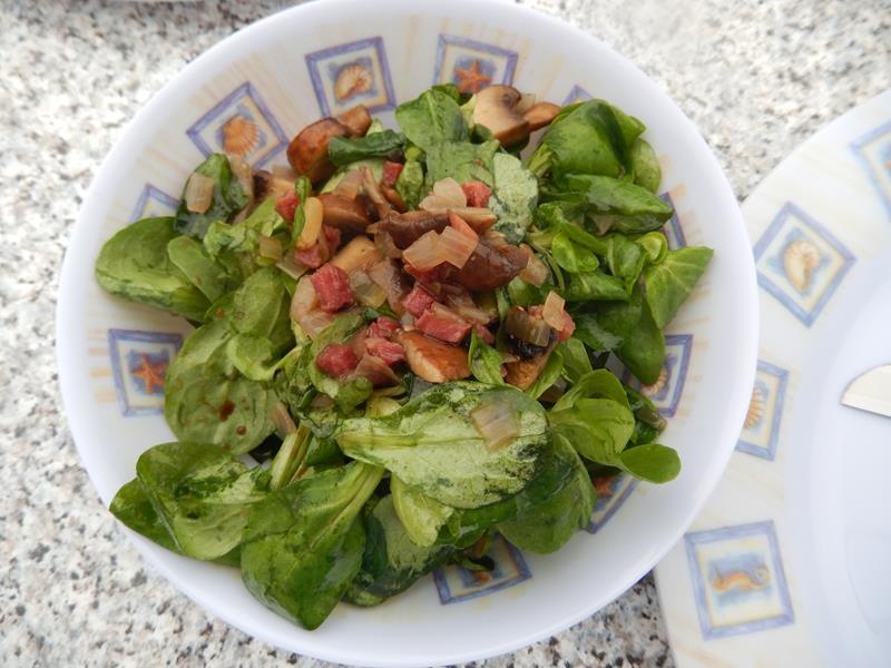 Anne hat als Vorspeise einen Feldsalat mit warmem Pilz-Dörrfleisch-Dressing gemacht.
