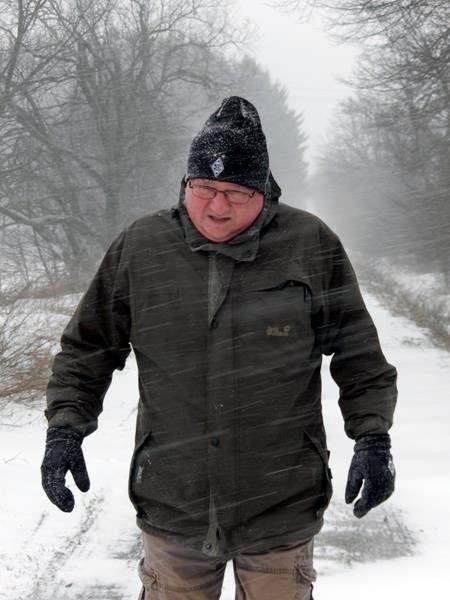 Der starke Wind peitscht einem den feinen Schnee schmerzhft ins Gesicht.