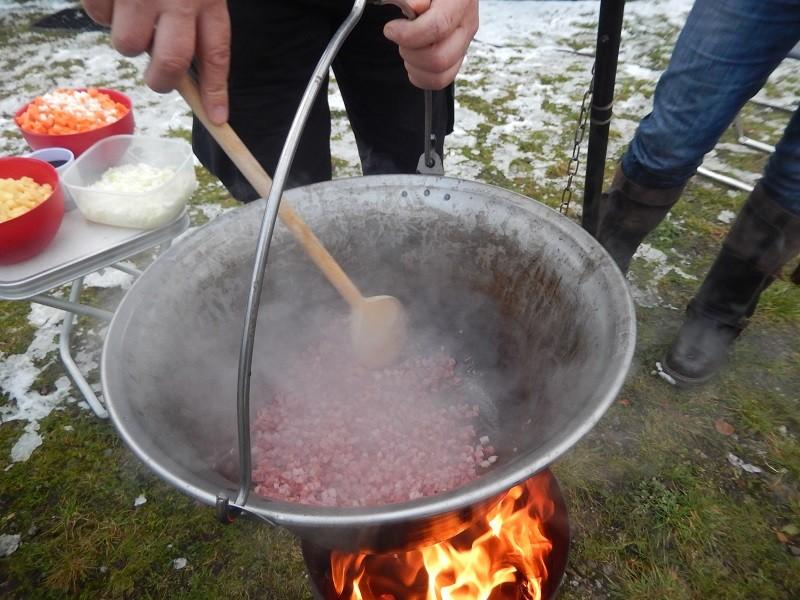 Etwas Öl erhitzen dann kommt das Dörrfleisch rein und wird angeschmort