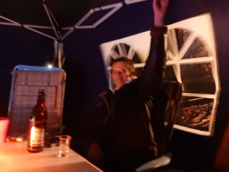 Markus hält das Pavillon fest - der Wind ist schon extrem.