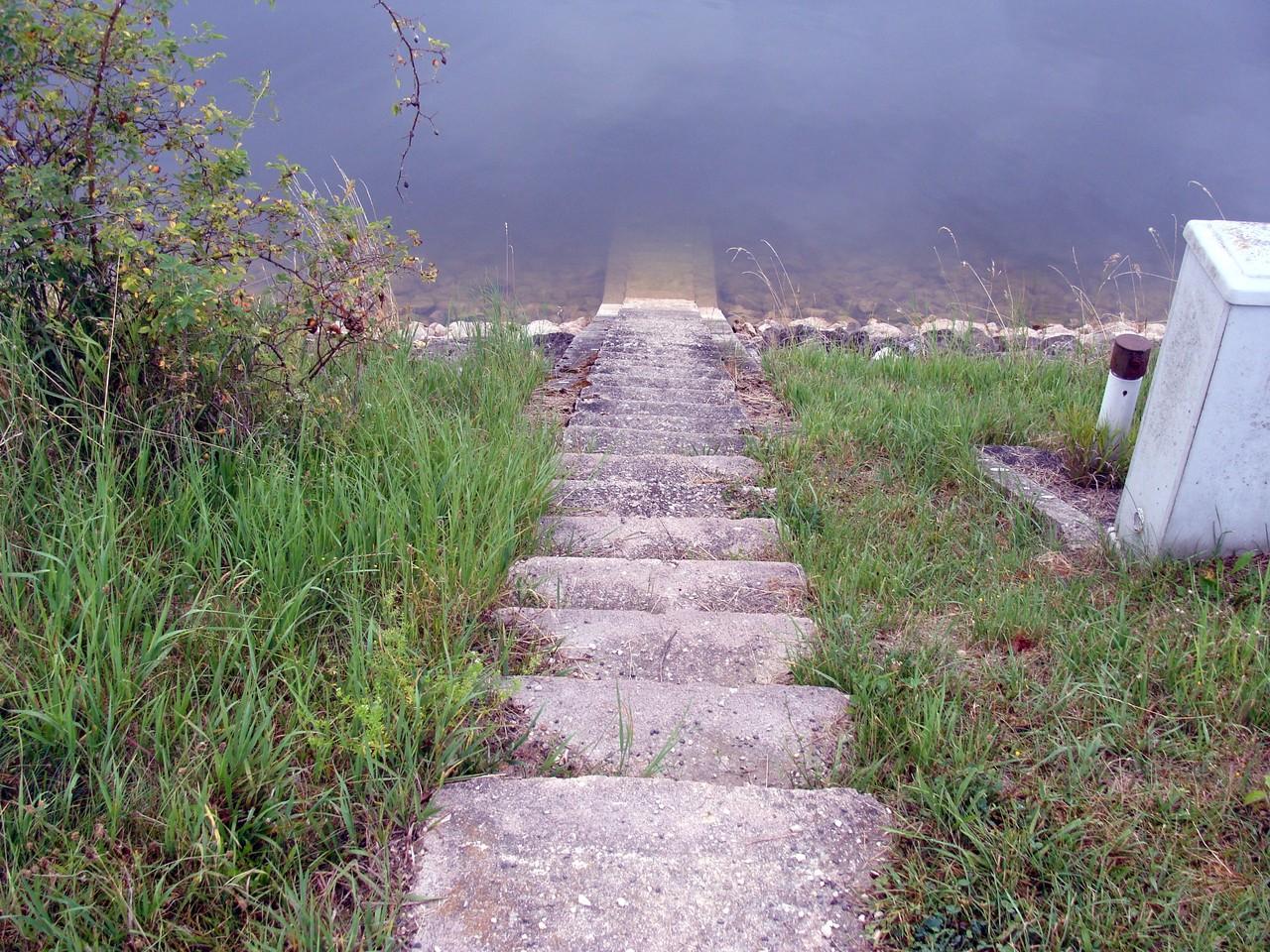 Ich marschiere über die Staumauer, die beide Seen trennt.
