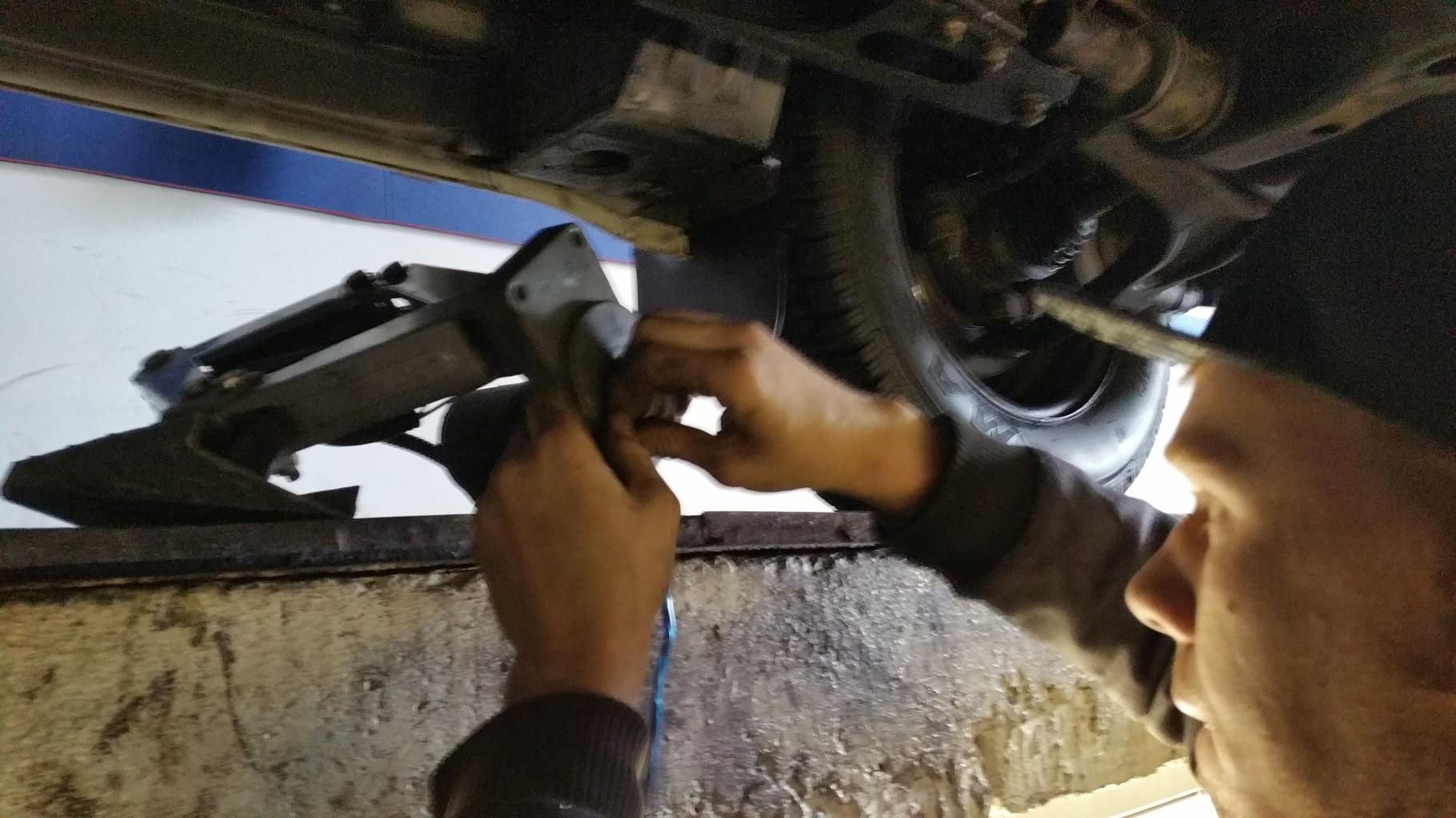 Joschua montiert nund die reparierte Stütze wieder an Ihren Platz