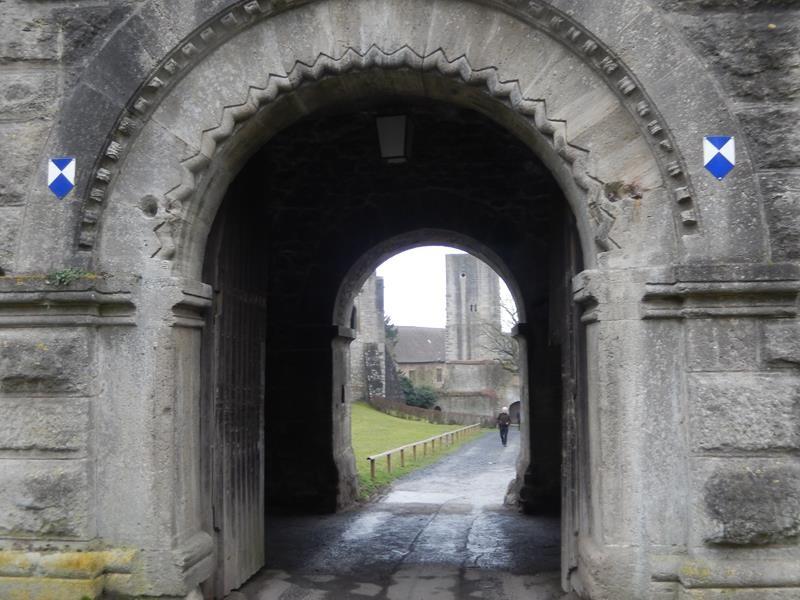 Da Teile der Burg noch bewohnt sind, kann man nur außen kucken und nicht rein.