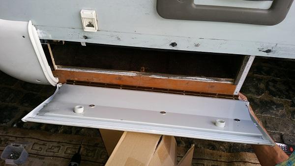 nachdem wir einen kleinen Balken u´von unten montiert haben konnten wir auch die fertige Klappe anbringen