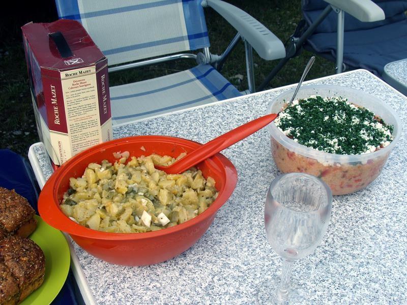 Noch mehr Salate. Der Couscous-Salat, rechts im Bild, war soooo lecker. Hat Sabine gemacht.