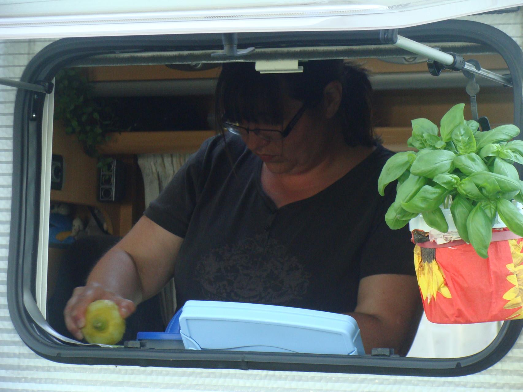 Sabine und Ihr frisch gewachsenes Basilikum am Wohnmobilfenster