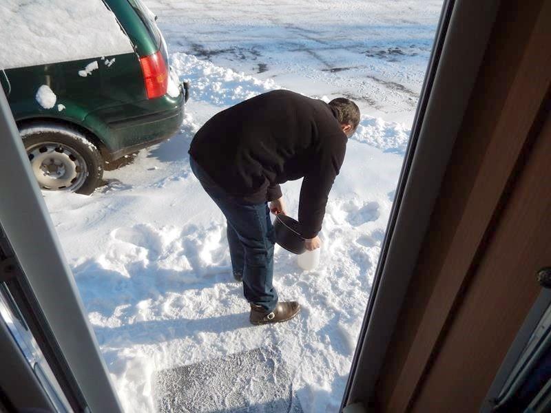 Dirk hat schnee geschmolzen für die Sprühpumpe. Der Schlauch von der Entsorgung ist eingefroren