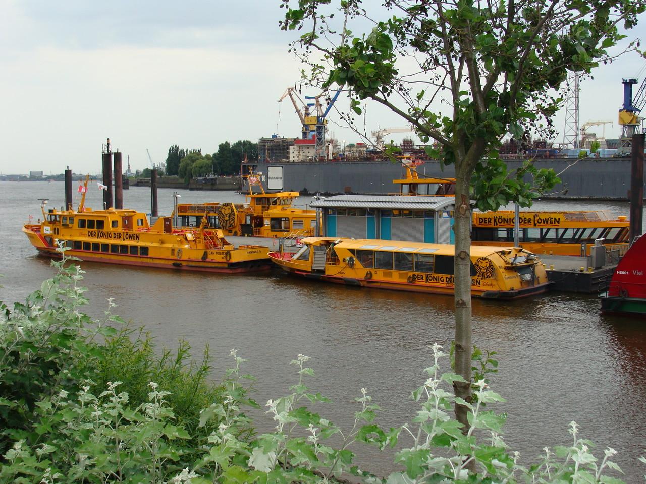 Mit den Booten werden die Musical Besucher hin und her geschifft.