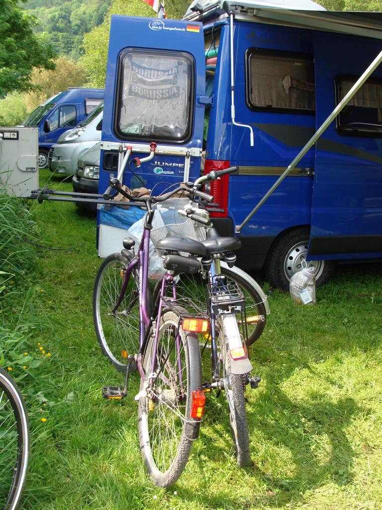 Von hier sind sanitären Anlagen schon ein Stück entfernt. Aber auch für Radtouren haben wir Räder dabei.