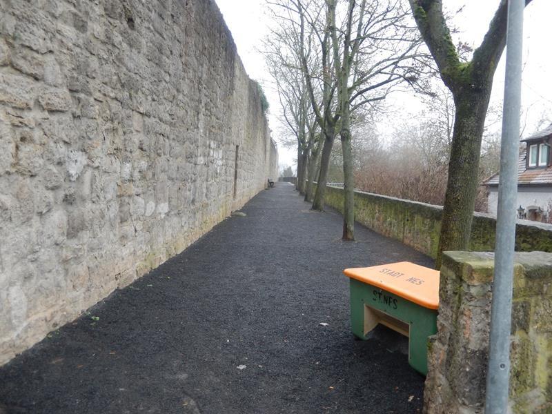 Wir gehen an der Stadtmauer entlang