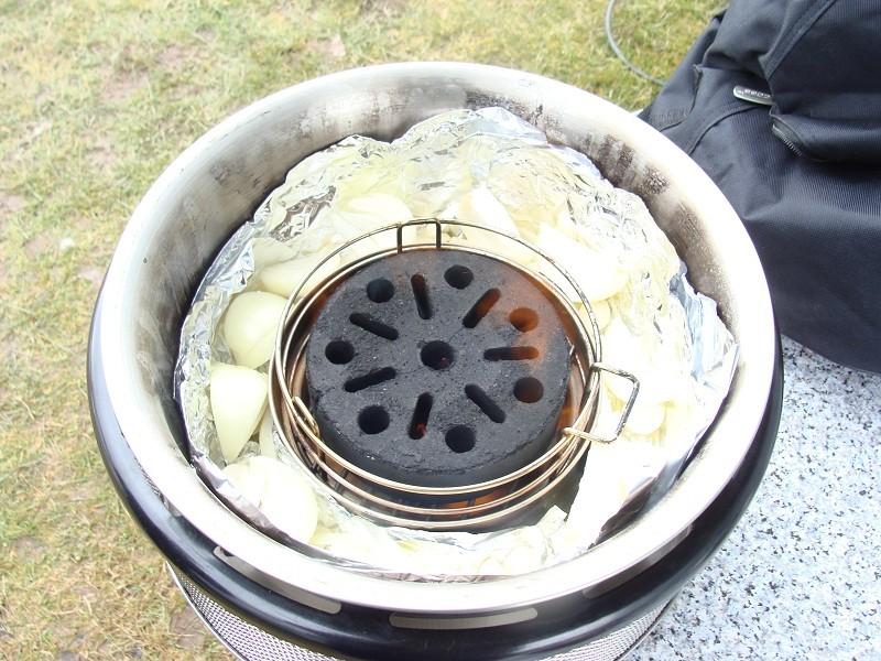 nach sehr kurzer Zeit kommt dann eine art Stichflamme hoch die aber wieder ein sich verfällt. wenn der Grillstein grau geworden ist kann man mit dem grillen anfangen